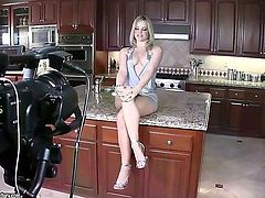 This video looks like an amateur one, but it is not. Stunning blonde Alexis Texas is showing off her butt in the kitchen and she is doing it with pleasure.