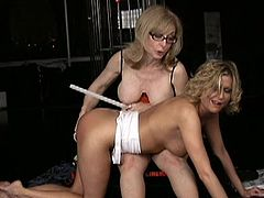 Mature blonde likes masturbating young hottie while having her licking that pussy