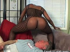Slutty ebony likes dominating her guy and make him lick that warm pussy in femdom scene