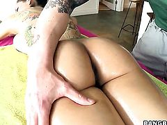 Senorita Yurizan Beltran loves the way he fucks her anal hole