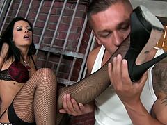 What the fuck this black haired chick is doing in prison? Well, I have no idea. But this booty and busty hottie is surely mesmerizing. Tanned nympho with big boobs gets her feet licked and desires to suck and ride the dude's dick passionately right on the floor.