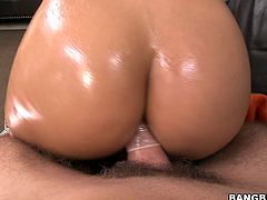 See how great Abella Anderson's bubble butt looks like when it's all oiled up. And see how great it looks when the asshole is getting fucked too!