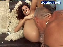 Curly MILF Leanna lifts her legs up keeping them together. The guy lubricates her coochie before licking it actively. Then Leanna drills her cunt with baseball bat.