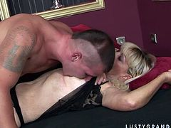 Young dude likes to lick hairy pussy of one cougar mature blonde