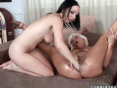 Ruined brunette hussy uses her hand to fist a gaped grey-haired pussy of immense blond mature moving it intensively back and forth in peppering sex video by 21 Sextury.