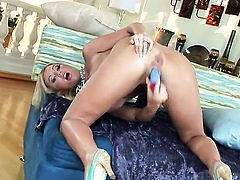 Memphis Monroe is too horny to stop dildoing her beaver