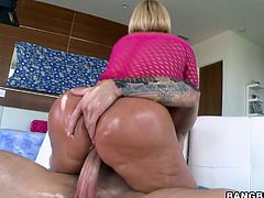 Melanie Monroe is today's hottest blond milf. Honey loses her shorts and rubs her ass with some oil for a hot and shiny sex!