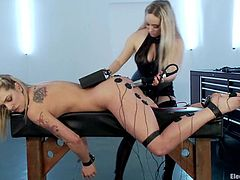 Superb blonde babe lies on a couch. She gets her ass and pussy stimulated with electricity. Later on she also gets her tight ass drilled with electric dildo by Aiden Starr.