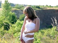 Superb blonde beauty makes a good impression in top outdoor solo masturbation show