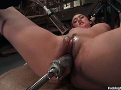 The oiled up beauty Gwen Diamond is going to get her pussy fucked by machine and rubbed by vibrator in this bondage video.