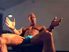 Bodybuilder shows his huge dick