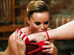 Silvia Saint loves getting her honeypot fingered by lesbian Cindy to orgasm