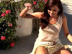 Alluring Capri Anderson likes to amaze by posing her nude forms in outdoor solo