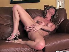 Seducing Jessica Jaymes sexy striping, plays with her pink clit and inserts her favorite dildo in her sweet shaved pussy till a nice orgasm!