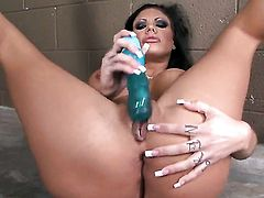 Mason Moore reaches satisfaction using nothing but her dildo