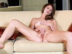 Shae Snow with trimmed pussy goes solo for cam