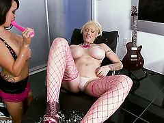 Blonde gets her fuck hole stretched by lesbian Candy Manson
