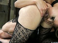 Brunette and Cindy Hope are in the mood for pussy munching