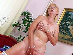 Lusty mature enjoys stretching her fine pussy in a stunning solo cam show