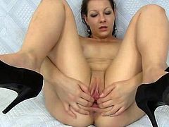 Even in solo sessions Tarya King loves to stretch her cunt and play nasty with it