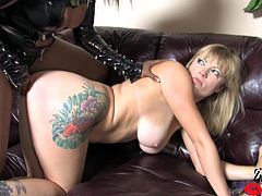 Masturbate watching a femdom ebony, with a nice ass wearing latex clothes, while she spanks and mistreats a blonde doll. She's a naughty woman!