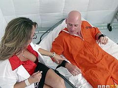 Seeing that nothing works with this inmate, the psychotherapist decides to use a special technique. in order to make him calm down, the babe opens her mouth and sucks this guy. With his hard cock between her lips, the inmate is about to release all his tensions and frustrations, and a big load of jizz!