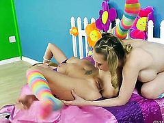 Lovely cutie Darla Crane eats honeypot like no other and Brooklyn Lee knows it