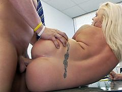 Fake-tit blonde Angel Vain fucks in her puss