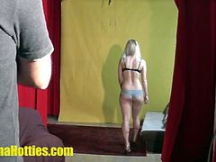 Banana Hotties brings you a hell of a free amateur video where you can see how the crew has fun with an amazing blonde during a casting session that soon gets kinky.