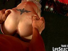 Life Selector brings you a hell of a free porn video where you can see how the sensual blonde slut Alexa Wild gets banged inside the gym while assuming very interesting poses.