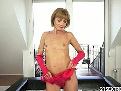 Katherin is a slim granny who does anal sex. She first stretches her tight hole with a dildo and then she moves on to cock. The guy who's fucking her goes balls deep.