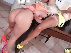 Blonde Molly Cavalli asks Skarlit Knight for some pussy munching