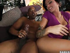 Juelz Ventura turns guy on to make him bust a nut
