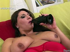 This spoiled chick knows how to put on an awesome show. She finger fucks her her thick pussy with great enthusiasm. Then she finds a dildo that suits her needs. She sucks it passionately like mad.