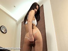 Witness this clip where a brunette babe, with a nice butt wearing a thong, while she shows her camel toe and has a delicious orgasm.