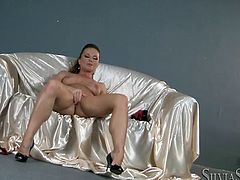 Fabulous MILF with ponytail Silvia gives great erotic solo