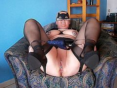UNZIP YOUR DICK & ENJOY MUMMY GIVING YOU A NAUGHTY SHOW