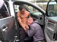 Stunning gay in sun glasses gets his big dick swallowed inside a car before riding a juicy tight hot ass in a superb pace