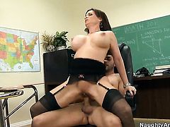 Kris Slater has a great time banging Diamond Foxxx with huge tits and hairless pussy