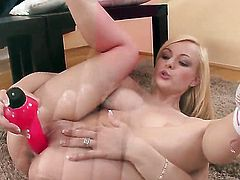 Sophie Cox fills the hole between her legs with vibrator