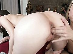 Blonde Vanda Lust gives Candy Sweets hole a lick