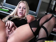 Blonde has some time to get some pleasure with guys fuck stick in her mouth