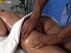 Penny went to the saloon for a relaxing massage. She gets the most kinky massage in her life, as the guy has golden hands and makes her feel like flying. Her slim body looks great when oiled from head to toe. See, what happens after the professional masseur takes off the bikini and caresses her buttocks.