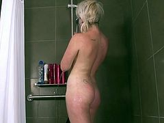 Tinker Australian blonde acquires the douche and playthings her oustanding tomentous fuzz close to the blue sex toy