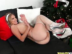 Blonde Brooklyn Chase gives Brianna Rays wet spot a lick