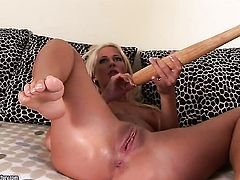 Blonde Evelyne Foxy takes Dorina s tongue in her bush