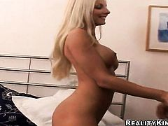 Blonde proves that her body is amazing after stripping