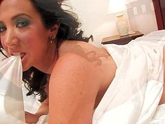 Jayden Jaymes plays with her pussy in bed