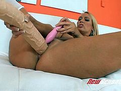 Pretty blond mom Mellanie Monroe performs hard solo in bed
