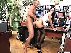 Angelica Heart lets guy enter her enter the exit-door in anal action